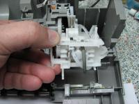 Узел парковки Canon Ip1500.Подготовленная парковочная площадка к установке на место. Данное положение обьяснено распологающимися компонентами: подсоединены трубки от помпы, зацеплена за крючок пружина (пружина).