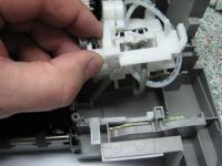 Узел парковки Canon Ip1500.На данном изображении показано то, как зацеплена за крючок вторая сторона короткой пружины непосредственно на корпусе принтера.
